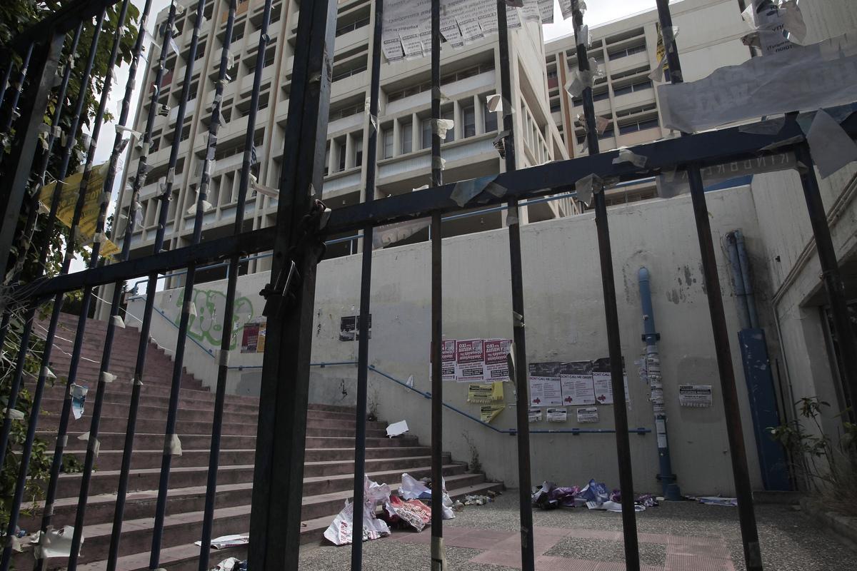 Σκουπίδια φαίνονται έξω από την είσοδο της Φιλοσοφικής σχολής στην πανεπιστημιούπολη στην Αθήνα, Δευτέρα 9 Ιουνίου 2014. ΑΠΕ-ΜΠΕ/ΑΠΕ-ΜΠΕ/ΓΙΑΝΝΗΣ ΚΟΛΕΣΙΔΗΣ