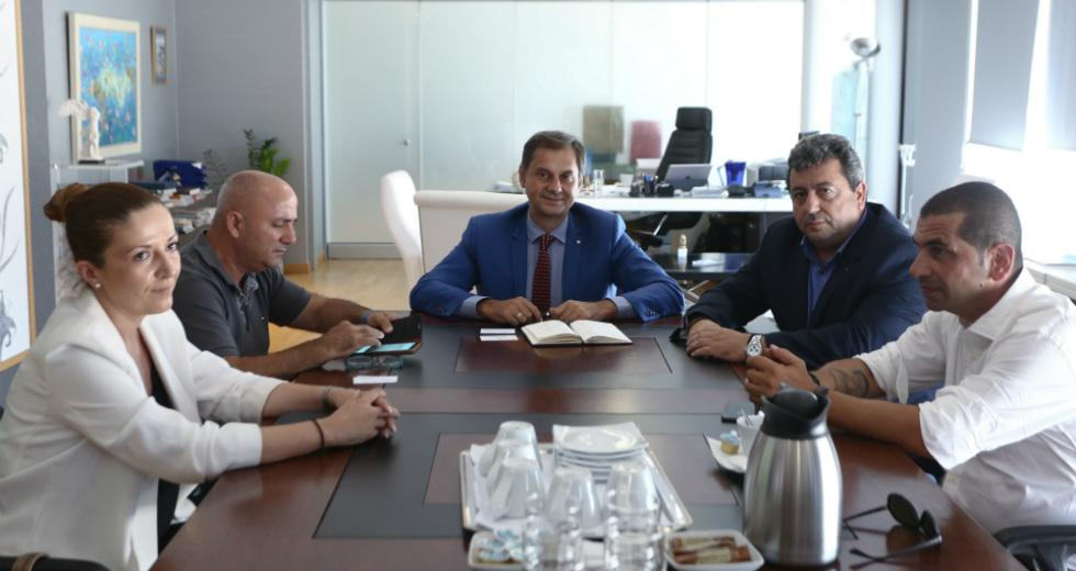 Με τον πρόεδρο των Επαγγελματιών και Βιοτεχνών της Σαμοθράκης κ. Γιάννη Γλήνια, το νέο Δήμαρχο κ. Νίκο Γαλατούμο και με μέλη του Δημοτικού Συμβουλίου