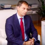 Ο Υπουργός Τουρισμού Χάρης Θεοχάρης μιλά στη HuffPost Greece